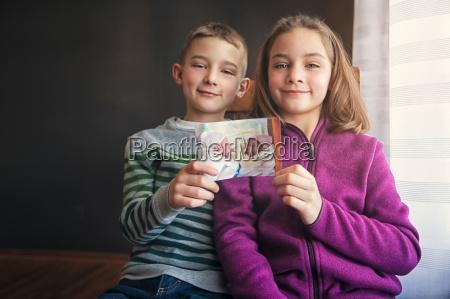 portraet von jungen und maedchen zwillinge