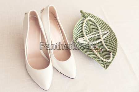 bridal wedding shoes and pearl jewelry