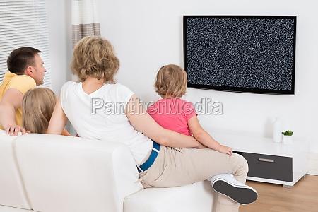 junge familie fernsehen zusammen