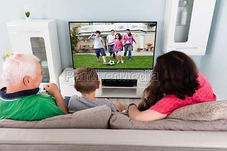 grossvater und enkelkinder die zusammen fernsehen