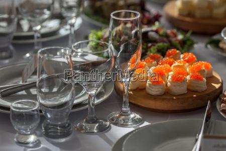 tisch im restaurant fuer einen hochzeitsurlaub