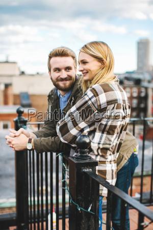 glueckliche junge paar mit blick von