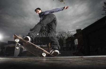 skateboarding auf mini rampe 5 0