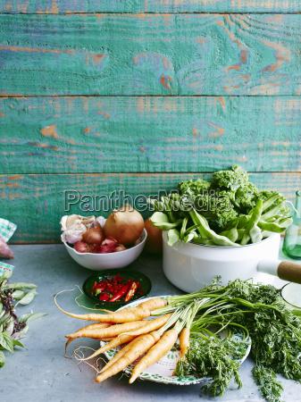 stillleben aus roher frischer minze suesskartoffeln