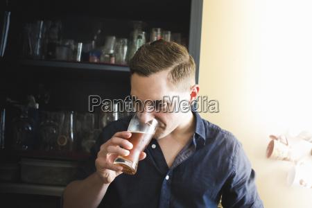 daheim zuhause trinken trinkend trinkt getraenk