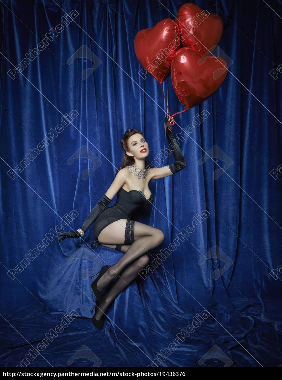 burlesque, tänzerin, hält, rote, herzförmige, luftballons - 19436376
