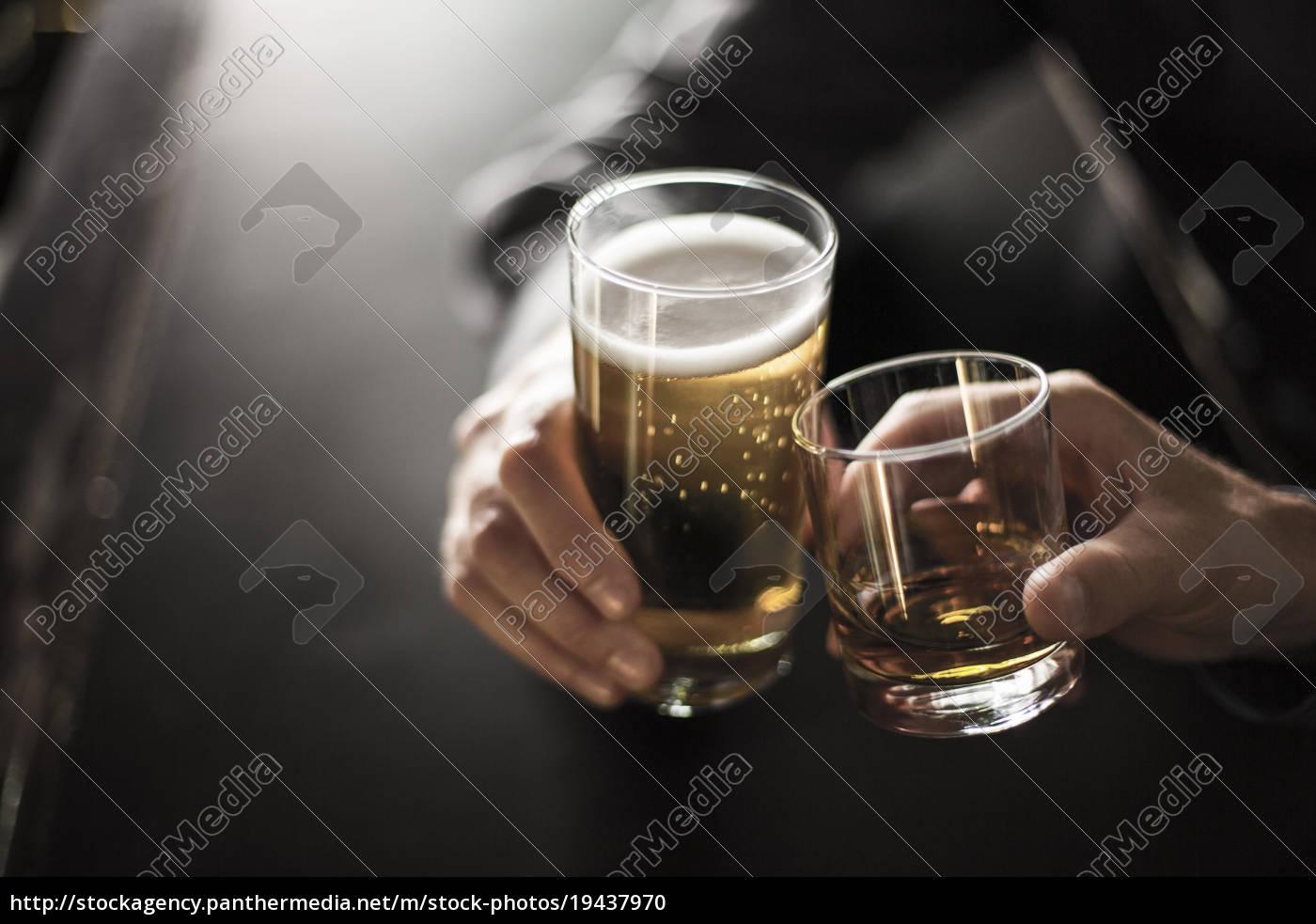 nahaufnahme, von, zwei, männern, toasten, getränke - 19437970