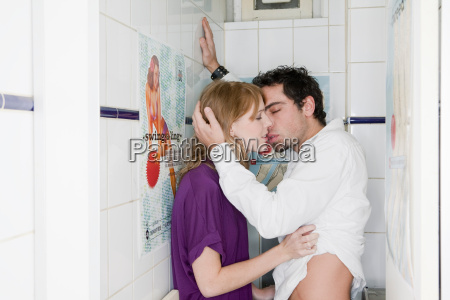 couple in toilet kissing
