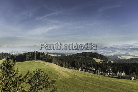 landschaft der huegel mit entfernten bergen