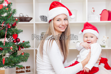mutter mit baby weihnachten zu feiern