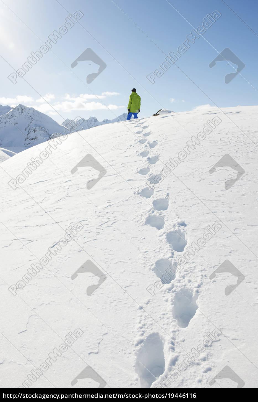 mann, im, schnee, mit, fußabdrücken, kuhtai, Österreich - 19446116