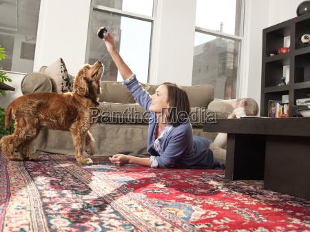 frau daheim zuhause freizeit spiel spielen
