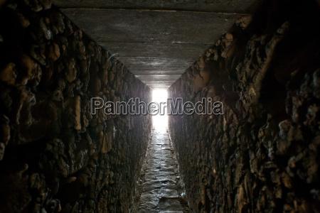tunnel mit tageslicht