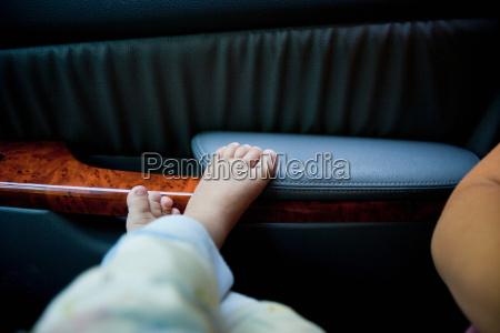 kleinkinderjunge, füße, an, autotür - 19467260