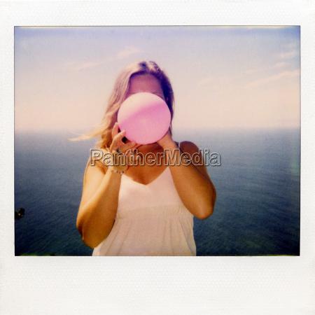sofortiges filmfoto von frau die ballon