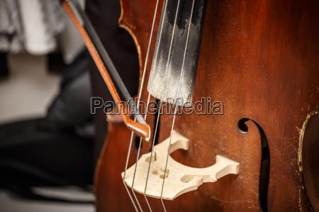 kontrabass hoelzernes musikinstrument