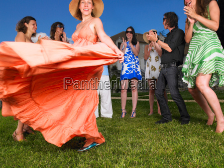 gruppe von menschen die draussen tanzen