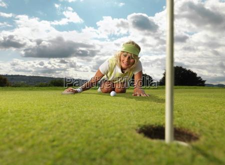 reife dame spielt golf