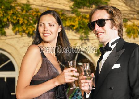 paar trinkt champagner bei sonnenuntergang