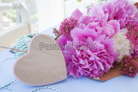 rosa pfingstrosen mit herz