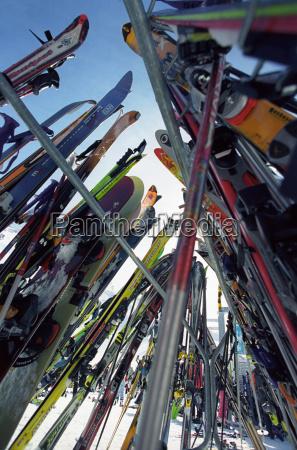 ski und snowboards in rack