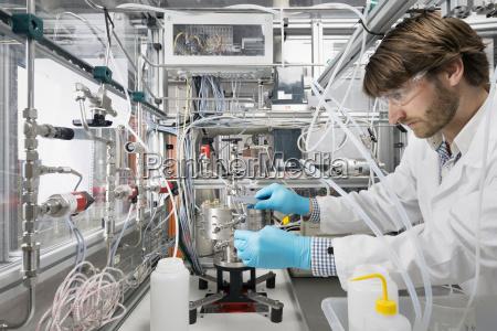 maennlicher wissenschaftlerder forschung ueber eine innovative