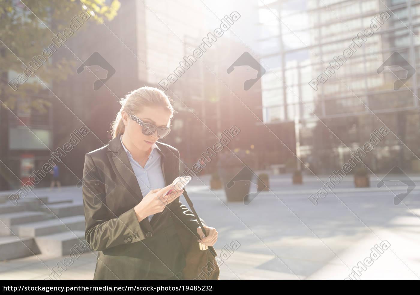 junge, geschäftsfrau, außerhalb, des, stadtbüros, lesen - 19485232
