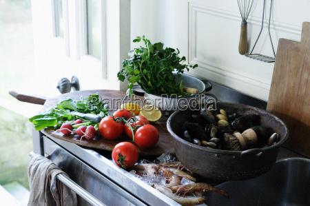 meeresfruechte und produkte auf kuechentheke
