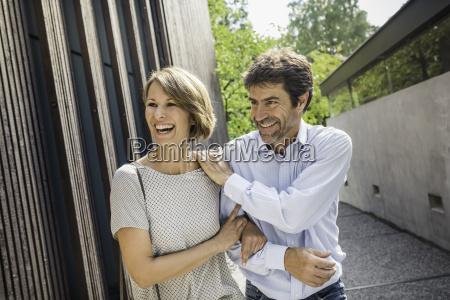 frau haus gebaeude lachen lacht lachend