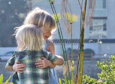 kleinkinder umarmt im freien
