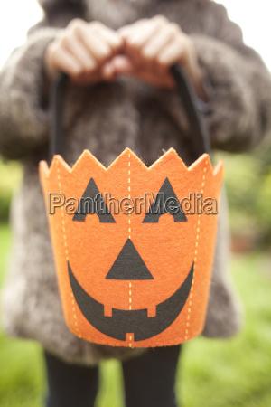 maedchen das halloween kuerbistasche fuer den
