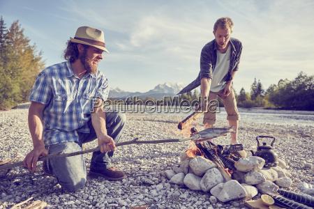 die erwachsenen maenner die fische kochen