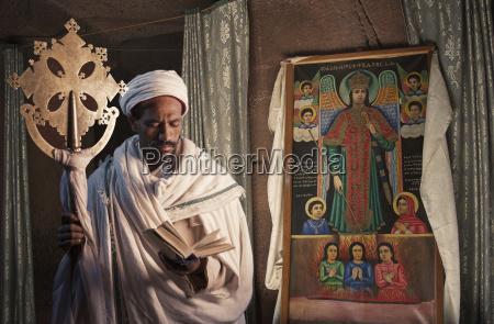 portraet des priesters in der kirche
