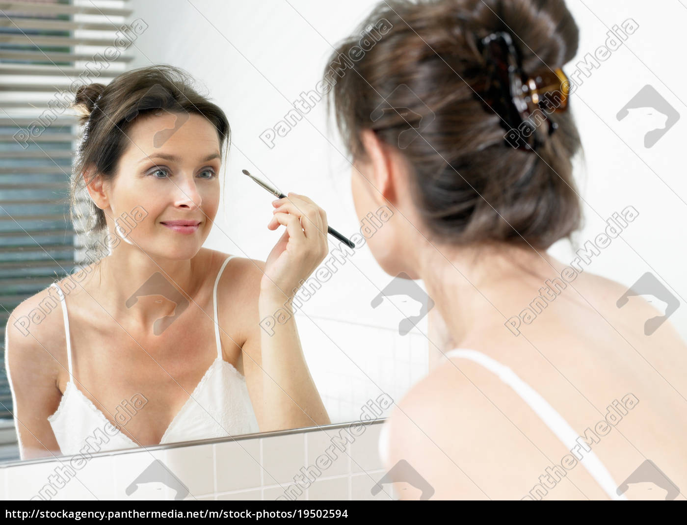 frau, im, badezimmer, auftragen, make-up - 19502594