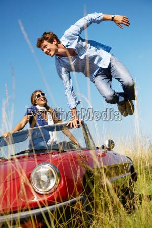 mann, springt, aus, einem, auto, frau, drinnen - 19502690