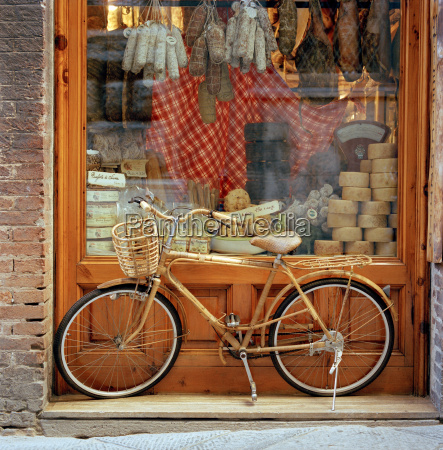 ein fahrrad stand vor einem schaufenster