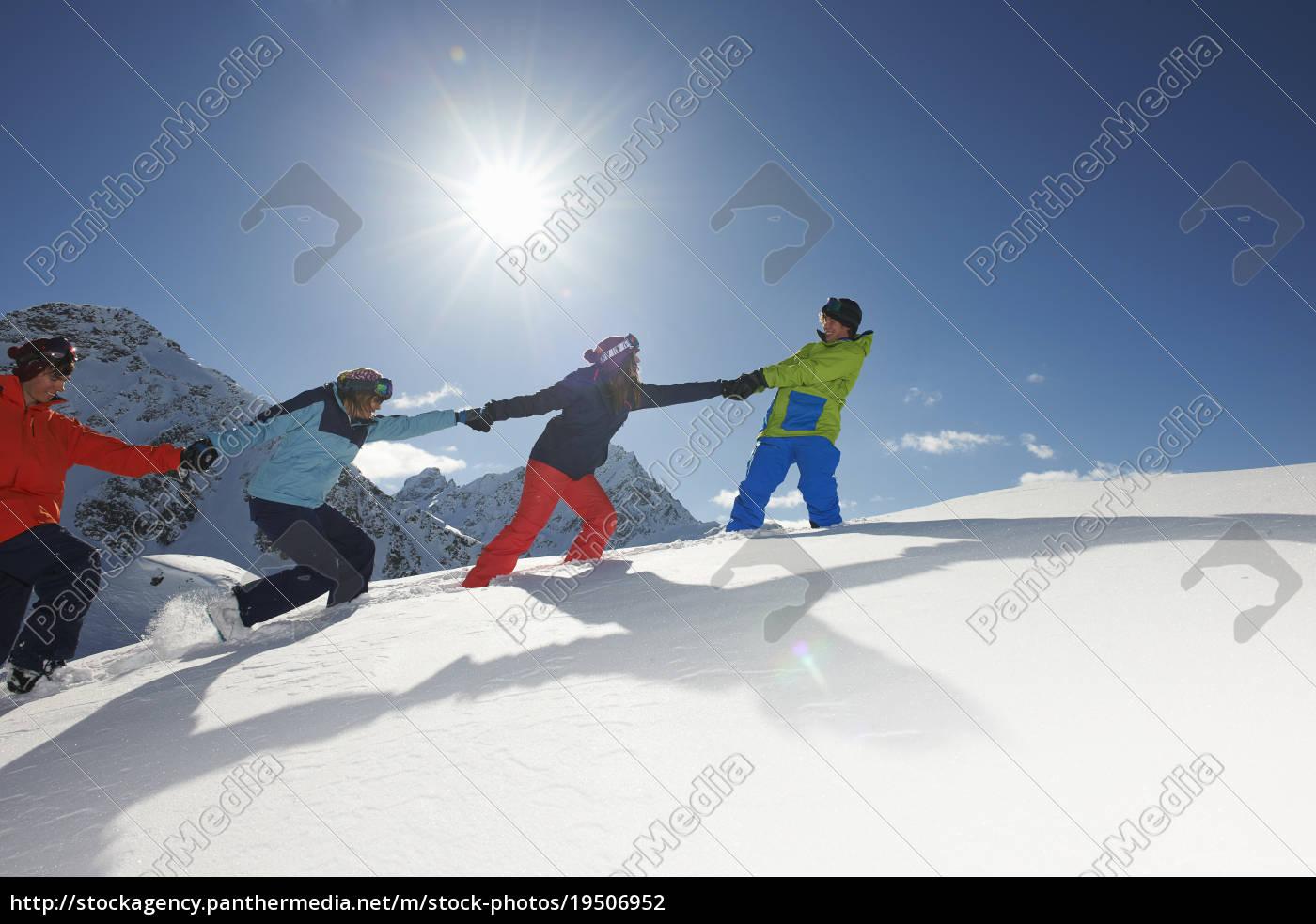 freunde, ziehen, sich, gegenseitig, im, schnee - 19506952