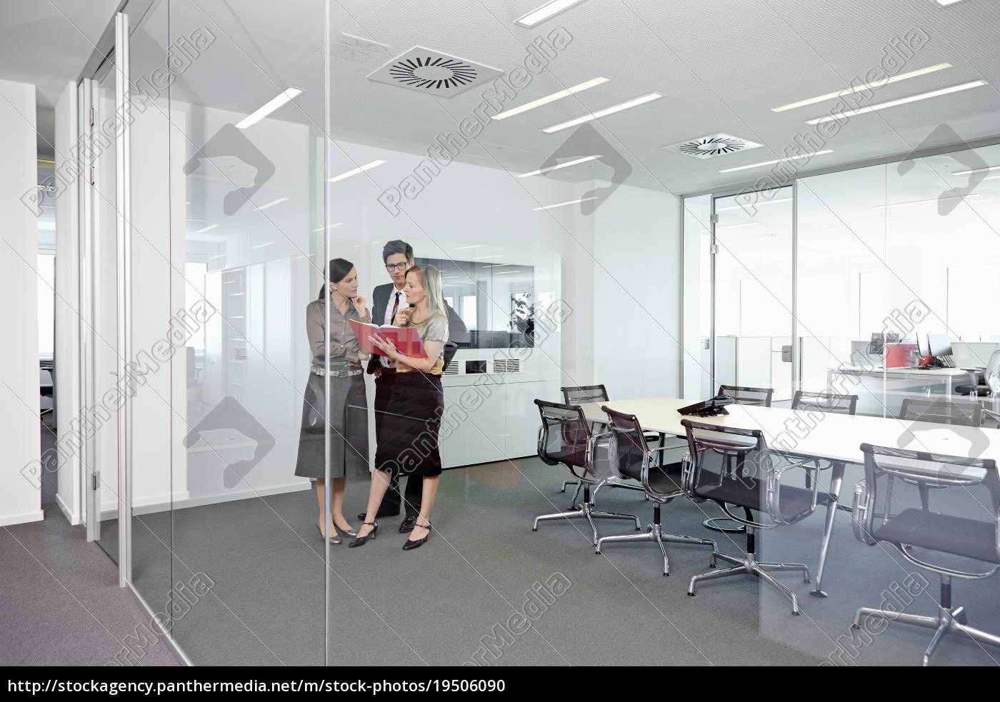 geschäftsleute, stehen, im, konferenzraum, und, schauen - 19506090