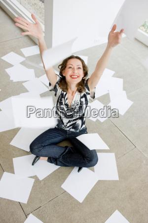 frau, wirft, papierbögen, in, die, luft - 19507030