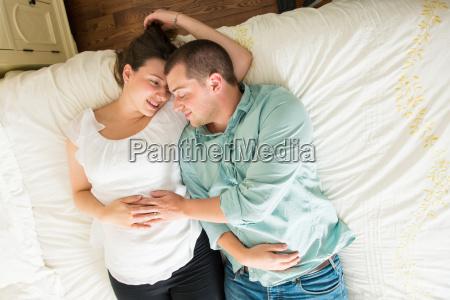 schwangere frau und partner auf dem