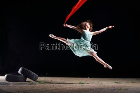 balletttänzerspringen, der, mittleren, luft, roten, schal - 19511412