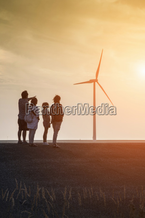 familiengruppe an windturbinen und oosterschelde sturmflutwehr