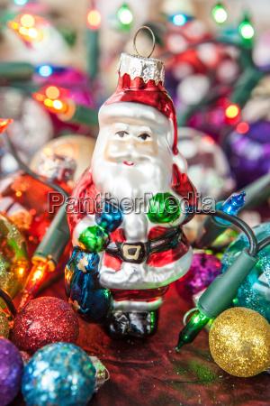 bunte weihnachtsdekoration fuer den weihnachtsbaum
