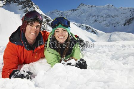 paar, liegt, im, schnee, kuhtai, Österreich - 19512958