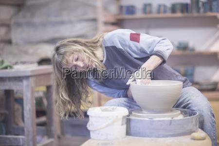 frau hand weiblich arbeitsstaette konzentration vorderansicht