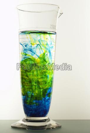 laborglas mit fluessigkeit