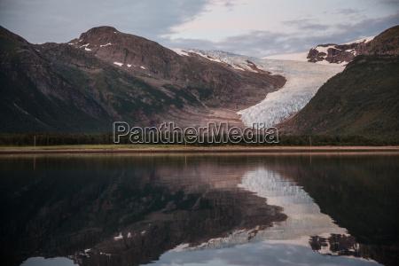 blick auf fjord und gebirgskletscher um