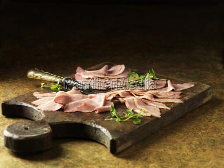 rustikales stillleben mit geschnittener ente gekocht
