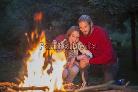 paar vor dem lagerfeuer brennen