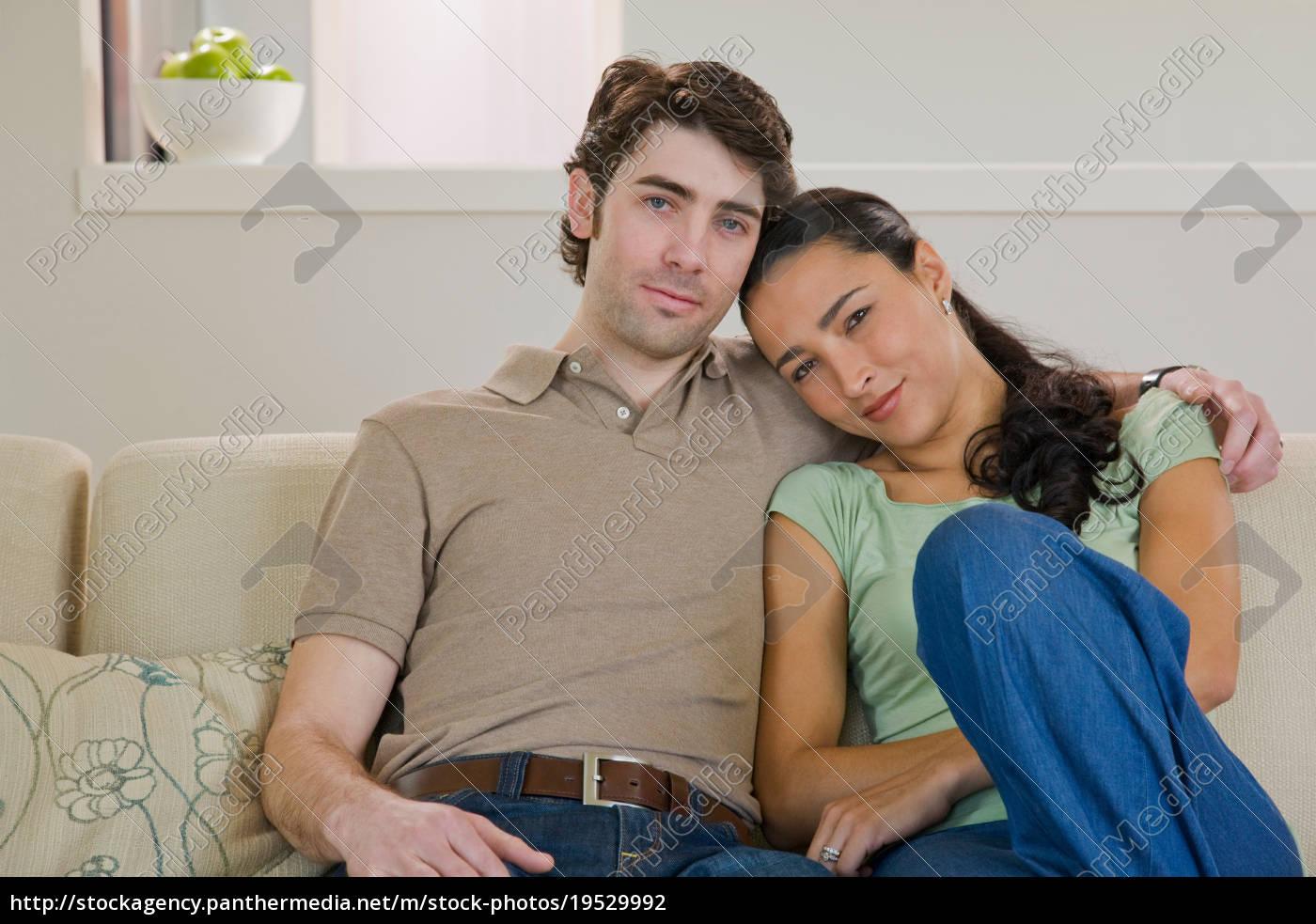 paar, auf, dem, sofa - 19529992